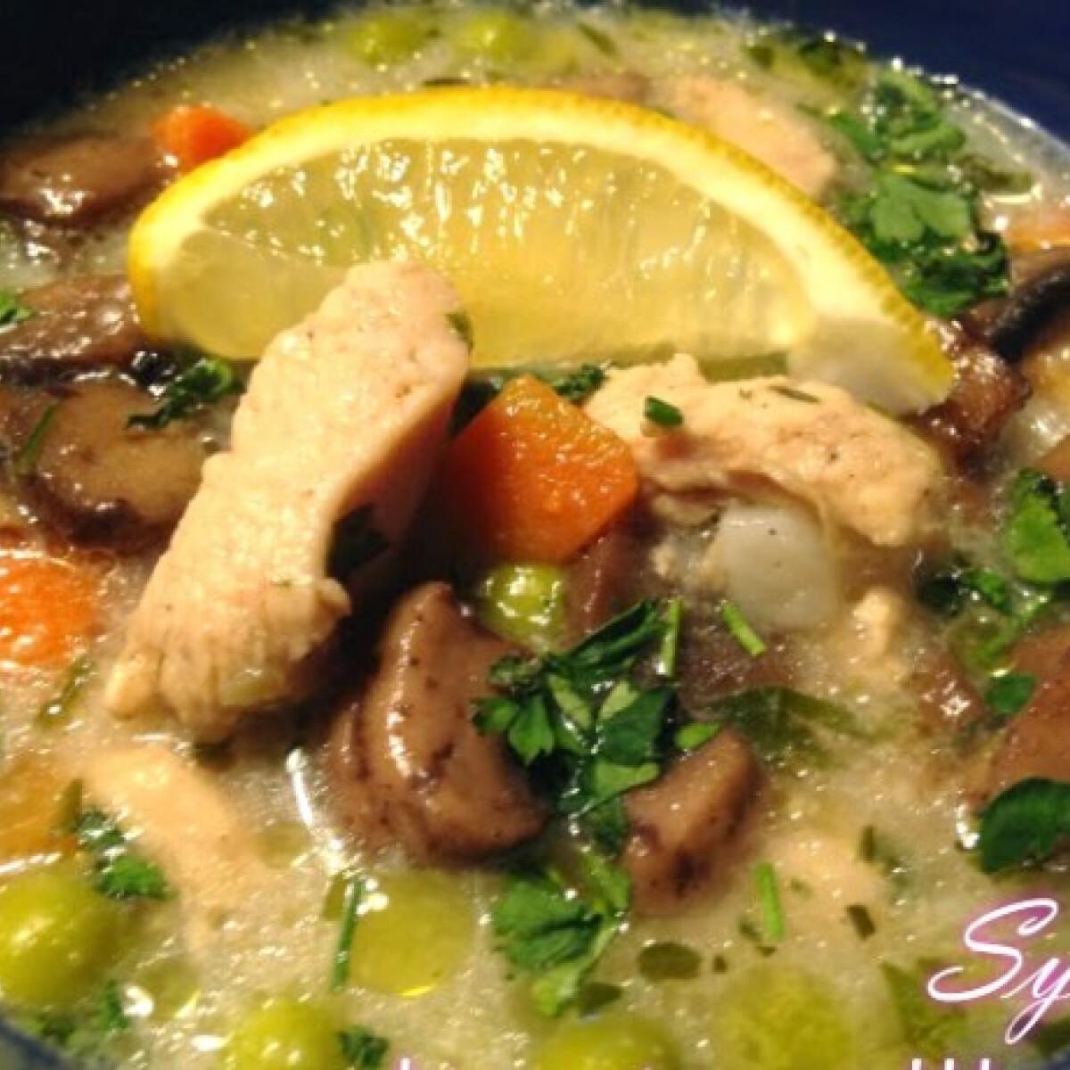 Ezen a képen: Tárkonyos csirkeragu leves Sylviától