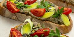 Gombakrémes pirítós tökmaggal és friss zöldségekkel