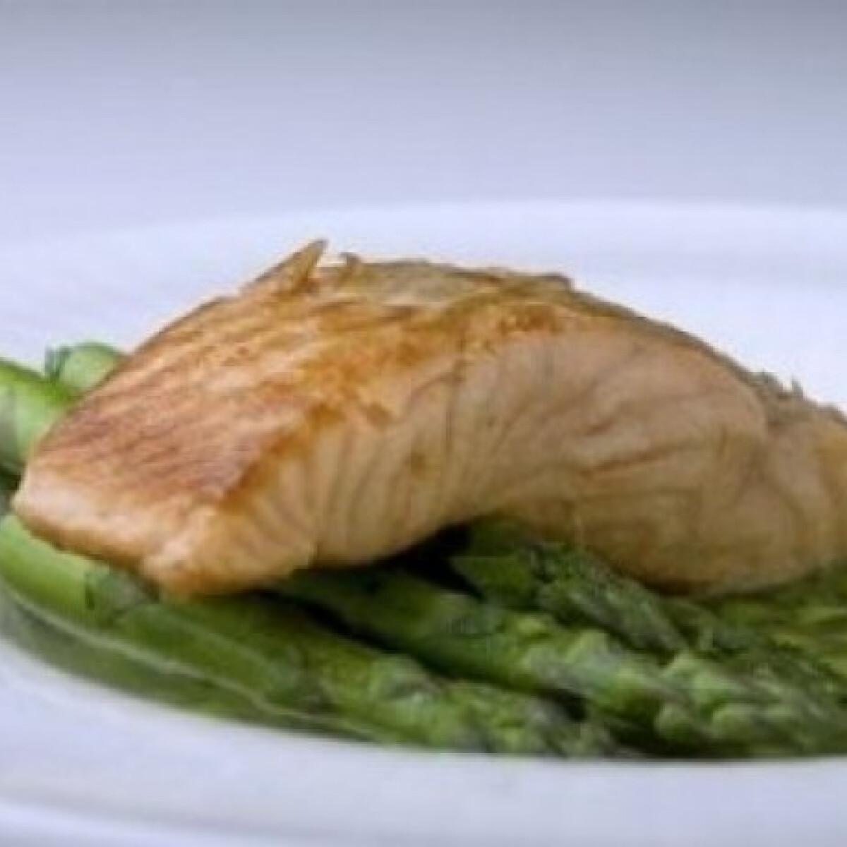 Ezen a képen: Lazac zsenge zöldségekkel, zöldséginfuzióban