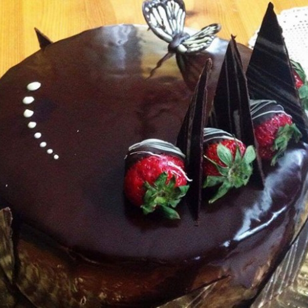 Ezen a képen: Epres-csokoládés tükörtorta