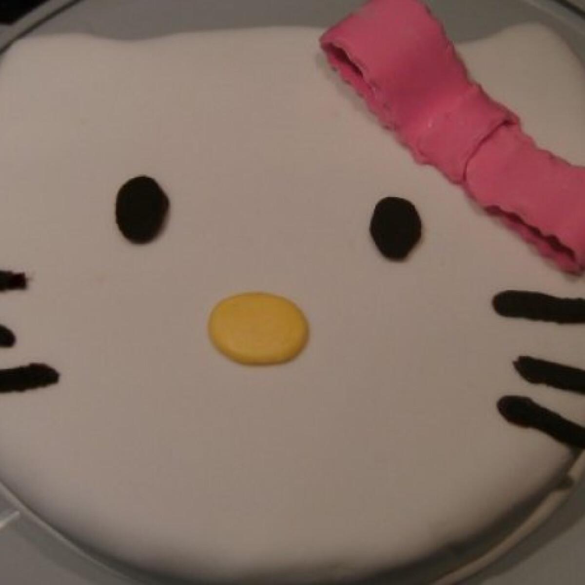 Ezen a képen: Gesztenyés Hello Kitty torta