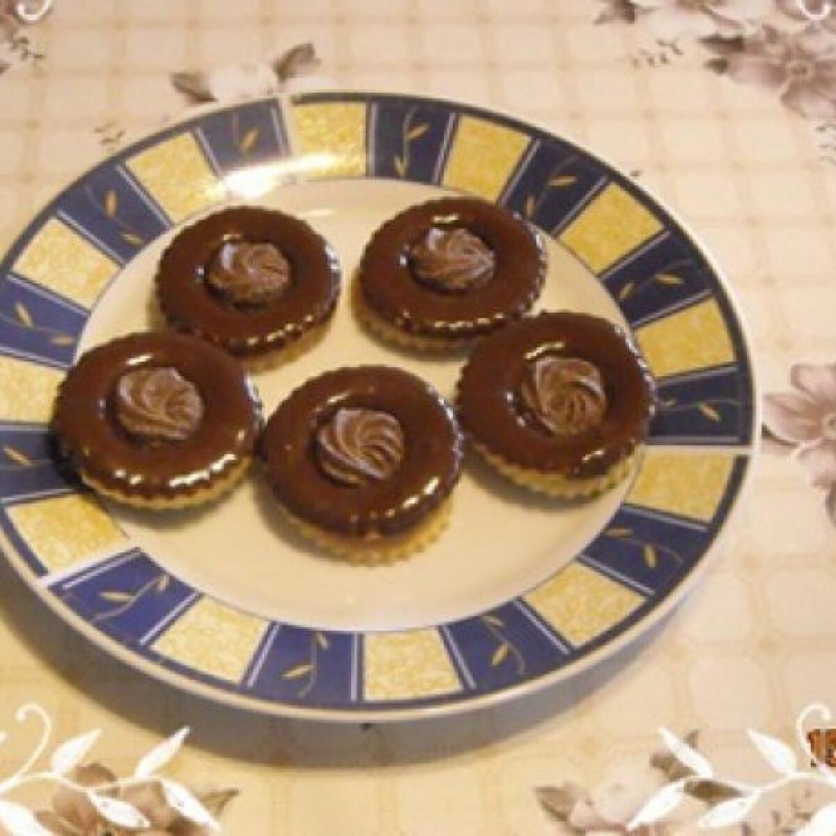 Ezen a képen: Csokis linzer ahogy Nikóka készíti