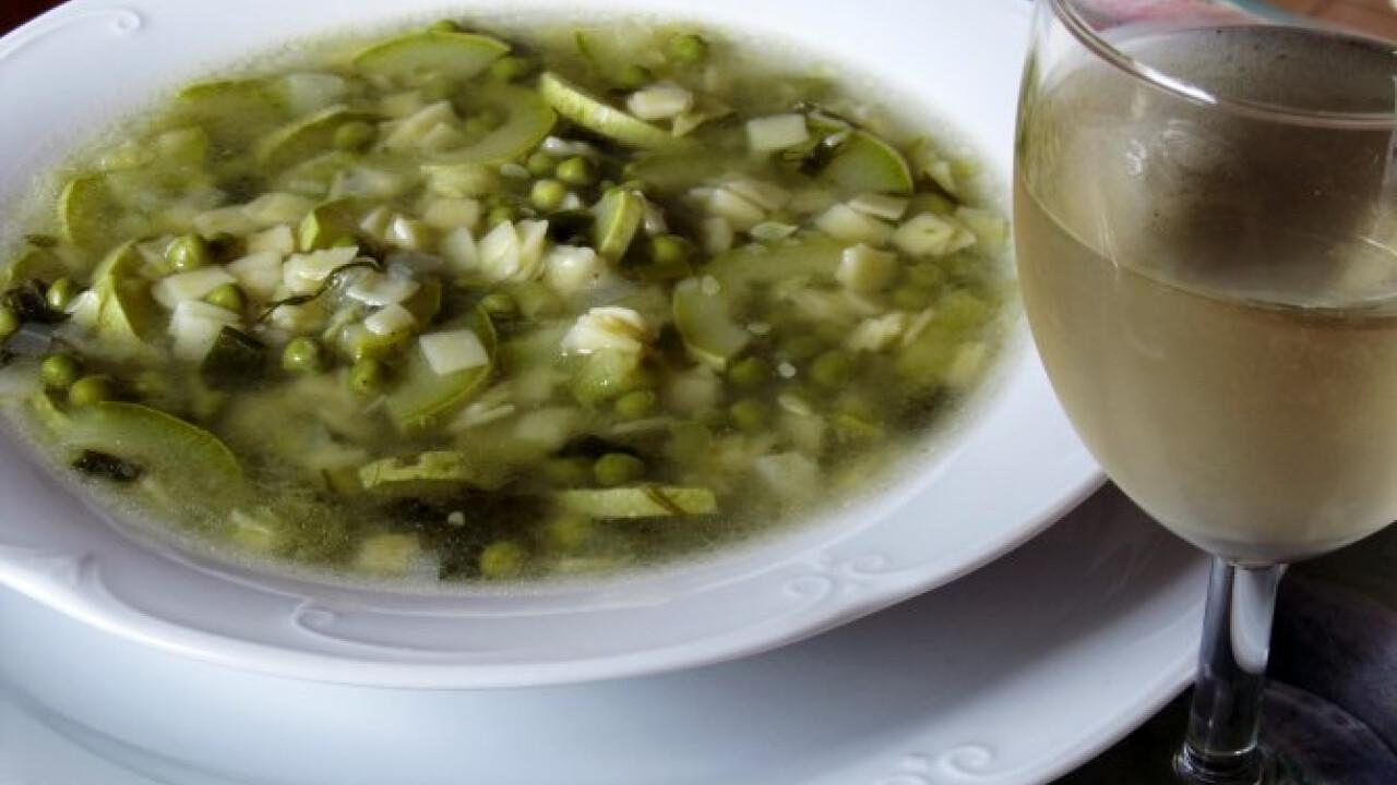Zöldségleves cukkinivel és tésztával