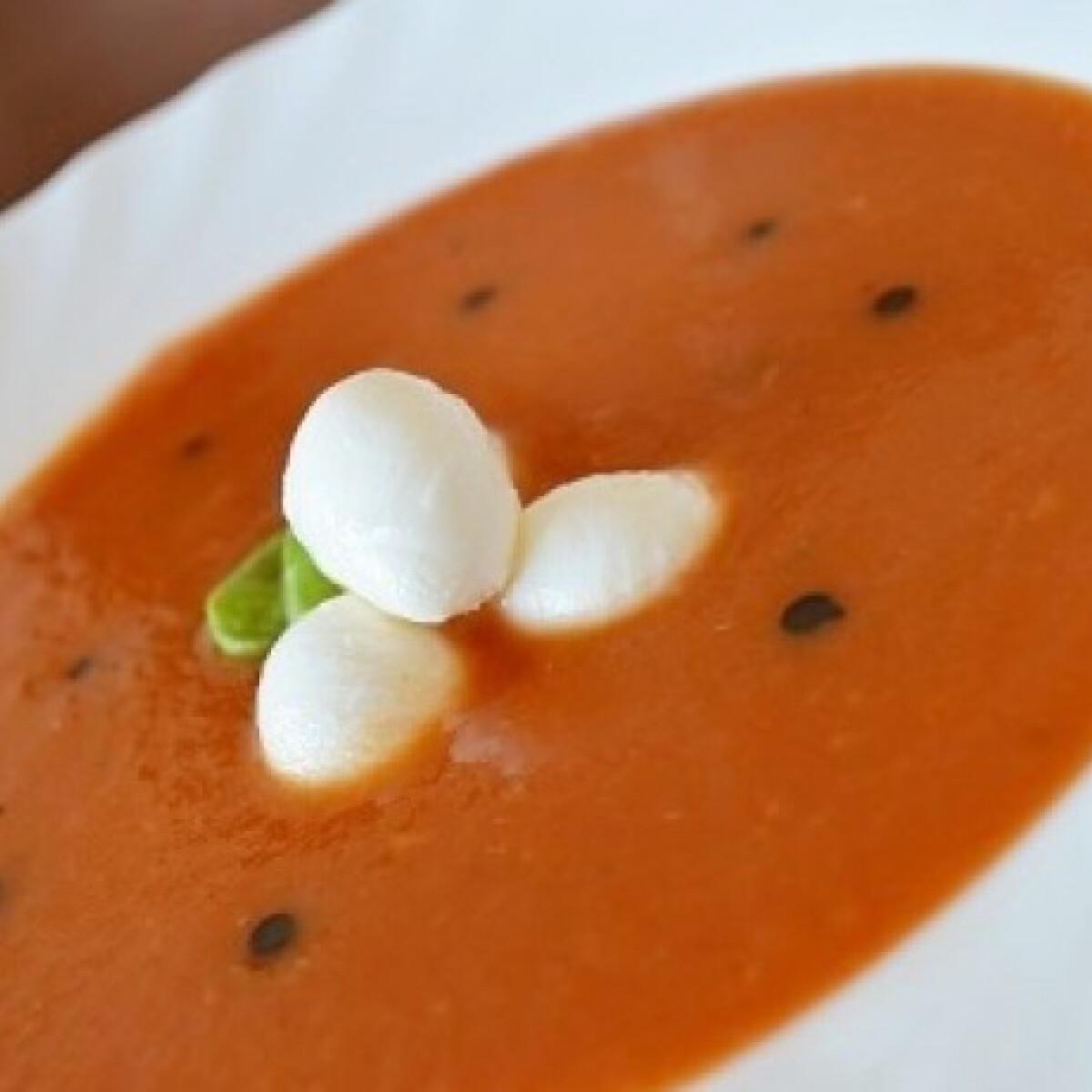Ezen a képen: Zelleres paradicsomleves mozzarellával