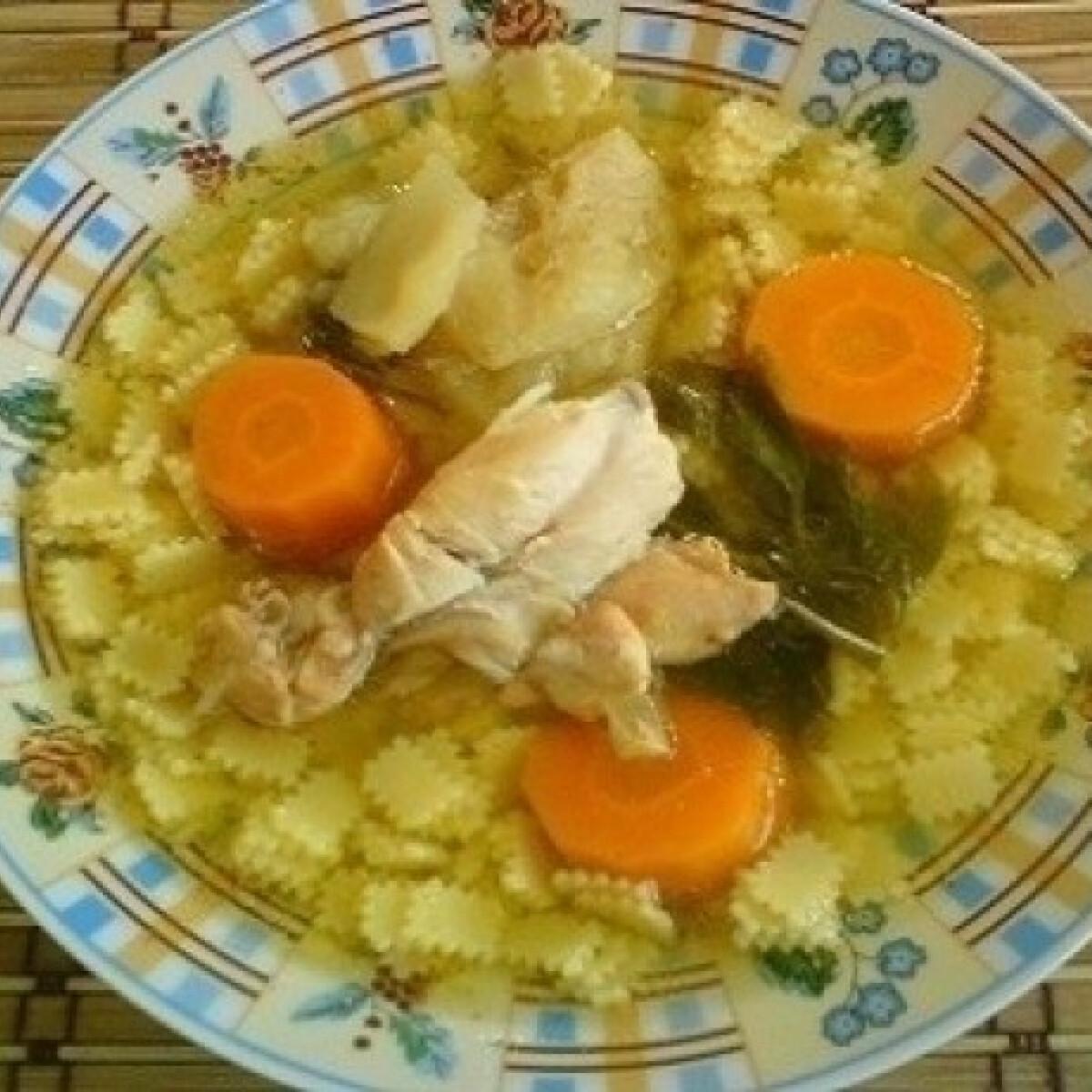 Ezen a képen: Csirkefarhátleves eperlevél tésztával