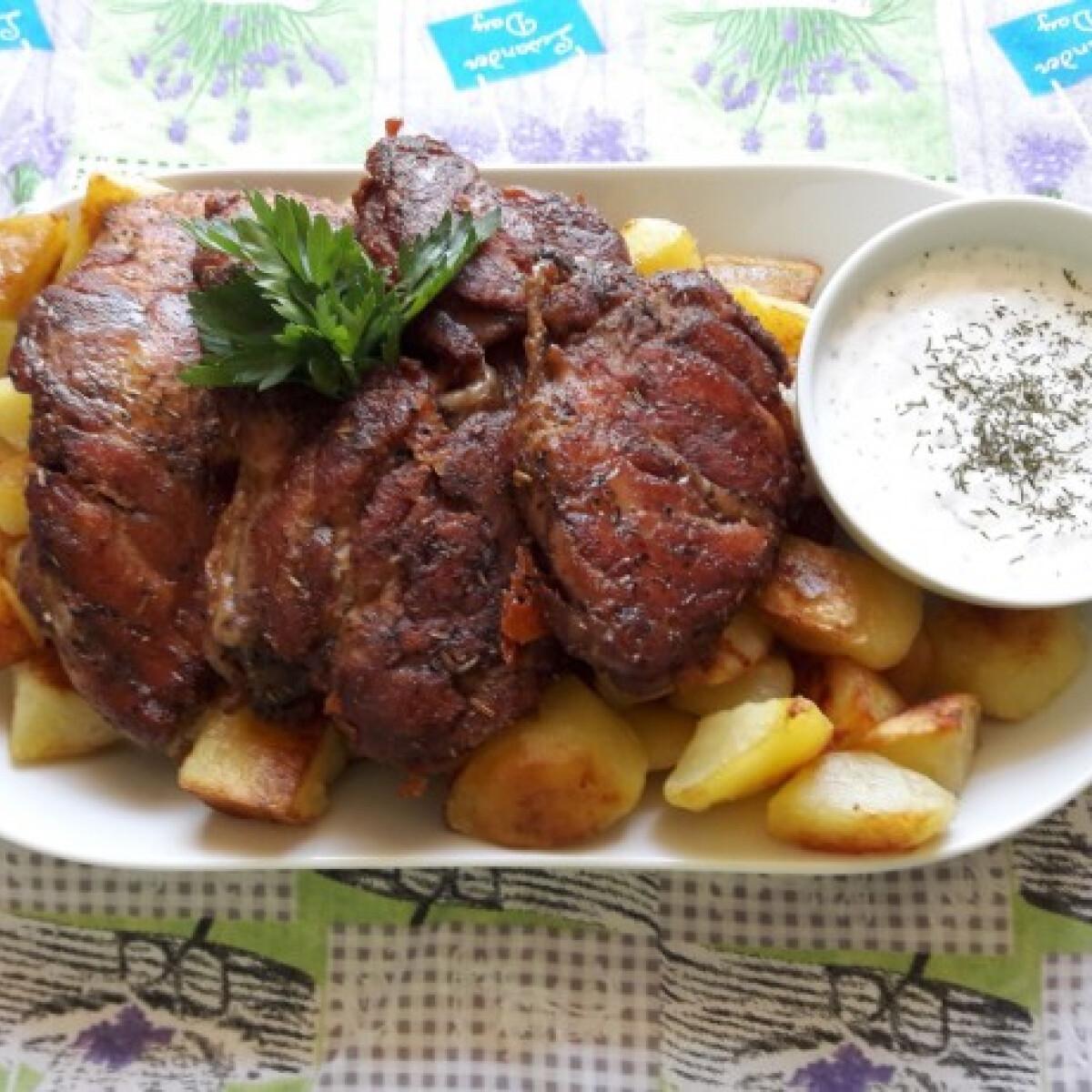 Fűszeres vasalt csirkecomb pirított burgonyával és mártogatóval