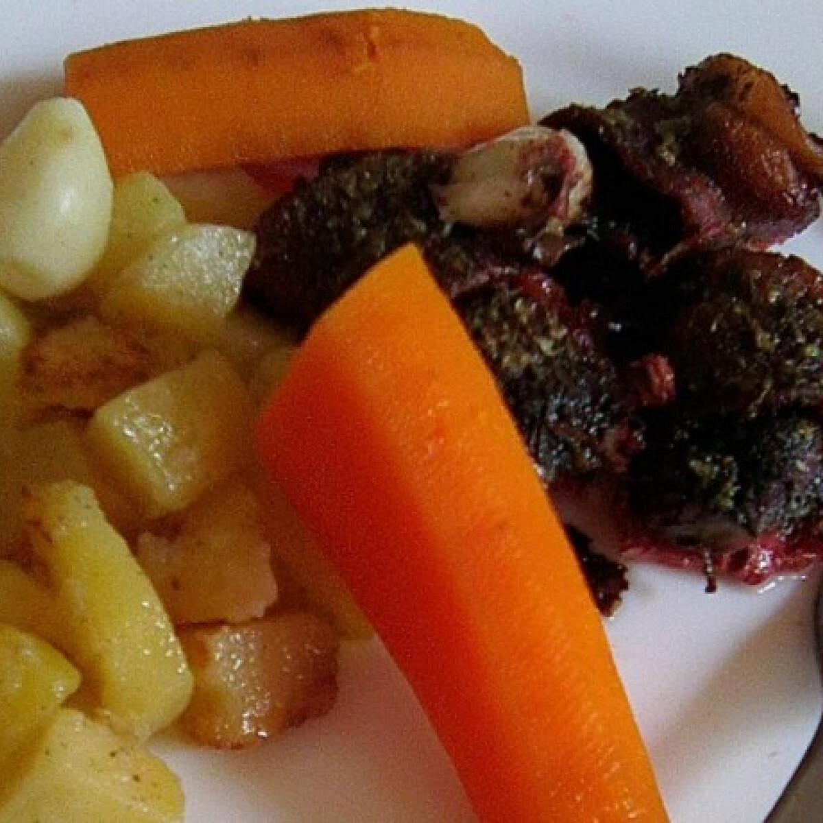 Ezen a képen: Majorannás csirkemáj, párolt hagymás krumplival, répával
