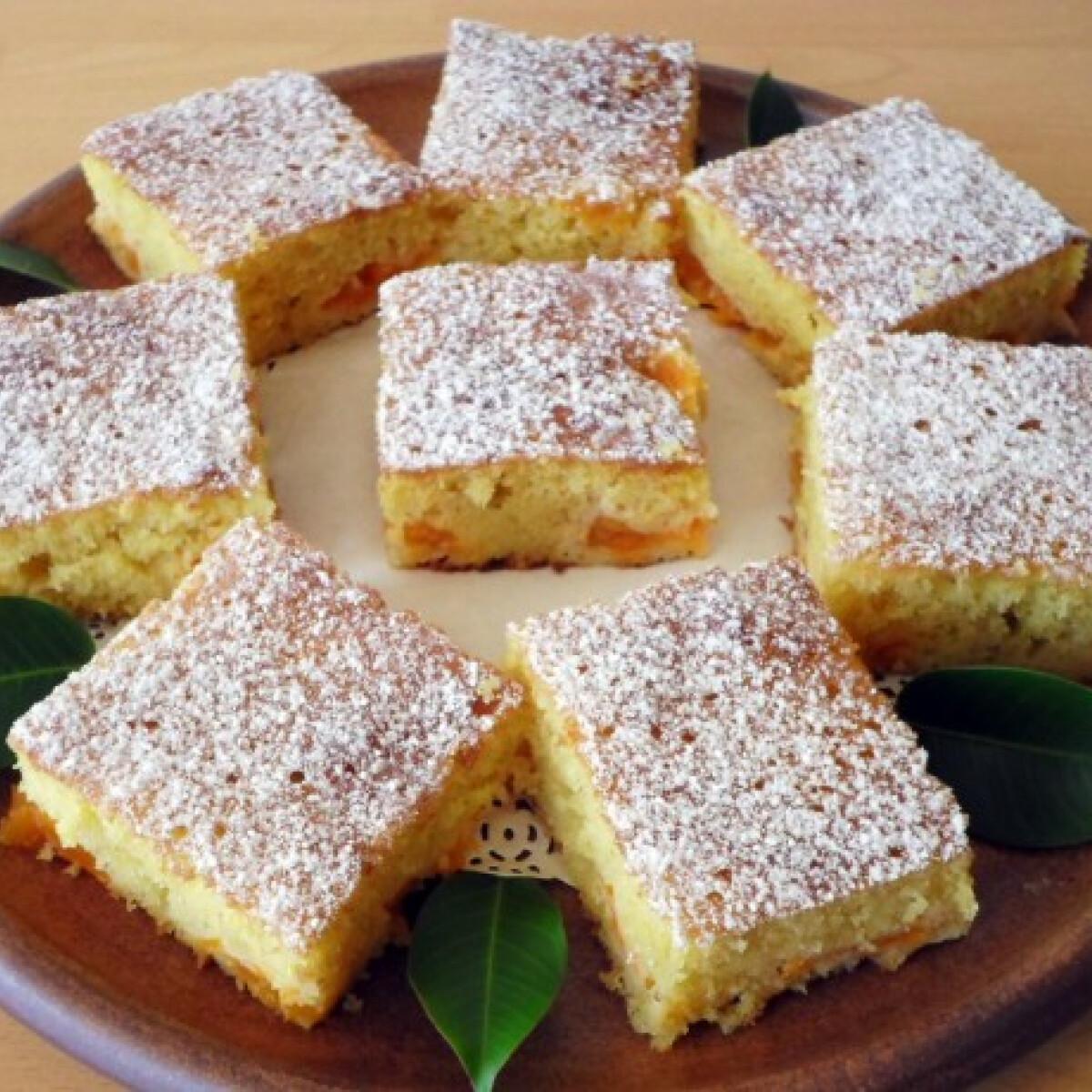 Ezen a képen: Bögrés-barackos kevert süti