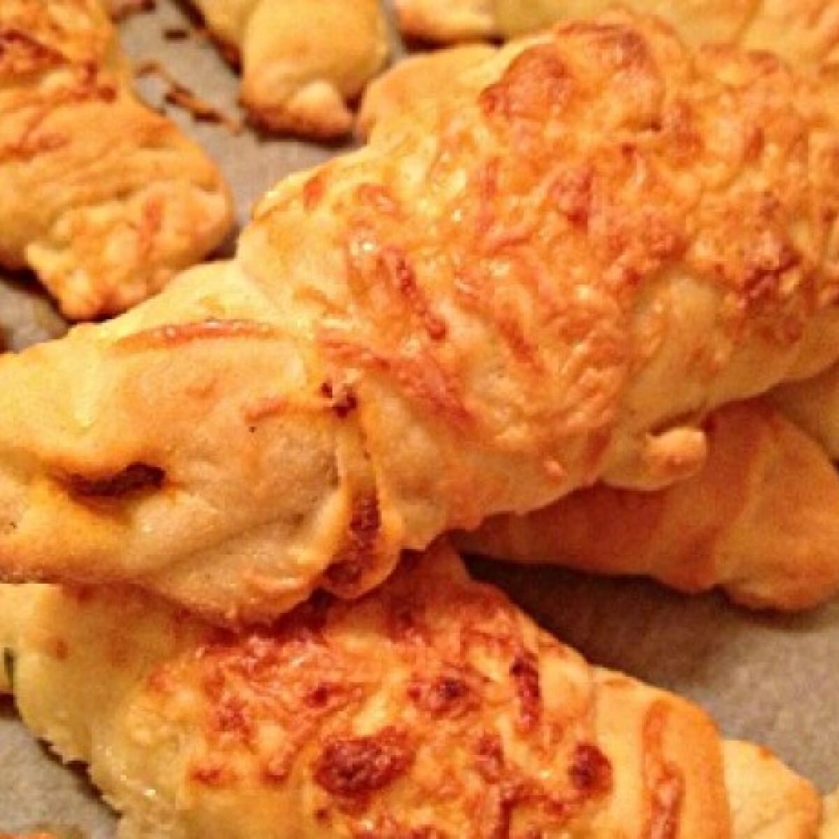 Ezen a képen: Kolbászos kifli A'la Bella konyhájából