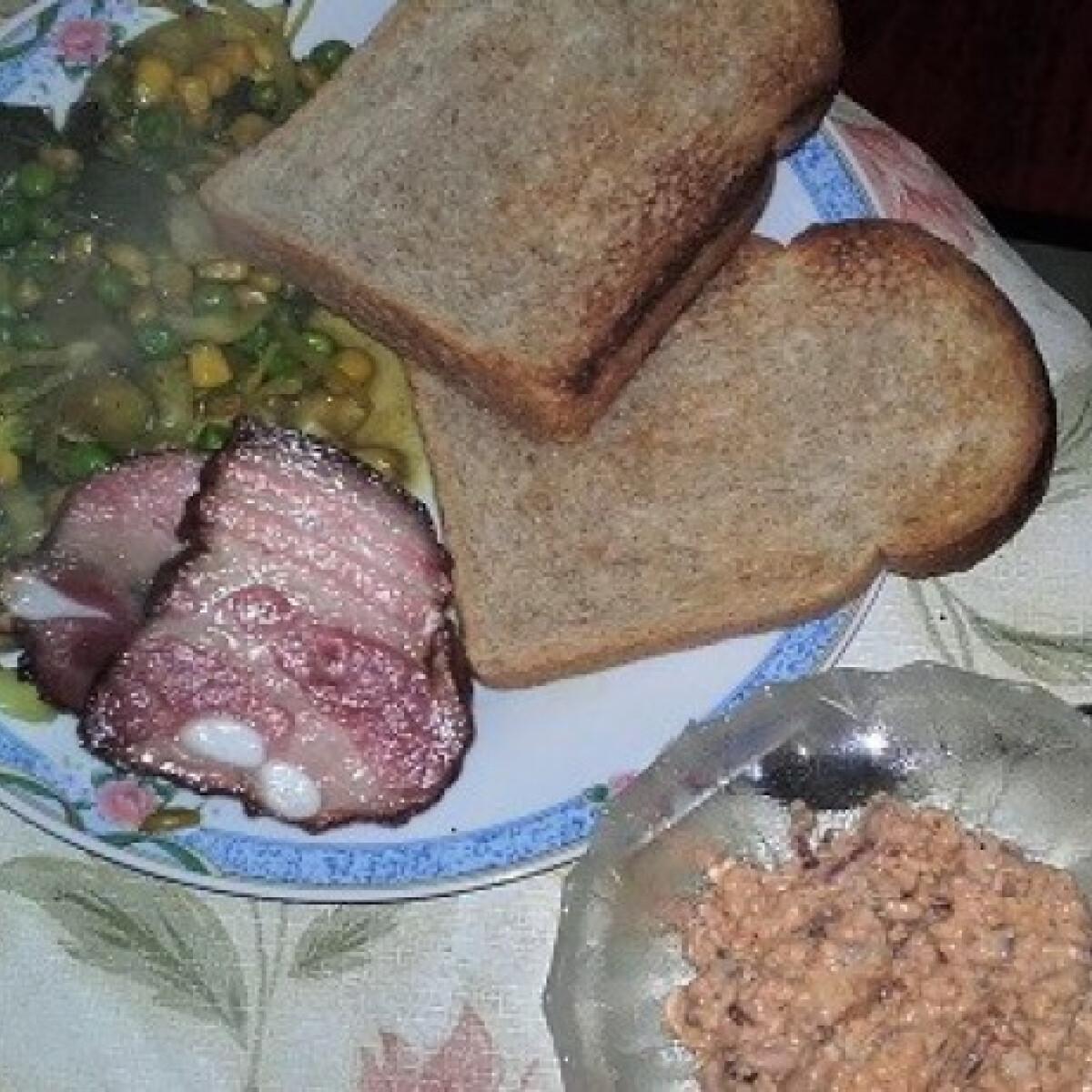 Ezen a képen: Sült császárhús párolt zöldséggel és körözöttel