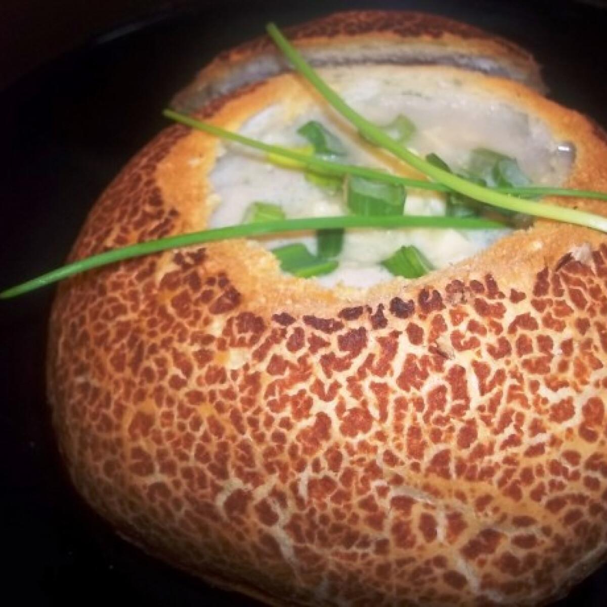 Ezen a képen: Pezsgős spárga-újhagyma krémleves cipóban sajttal és snidlinggel