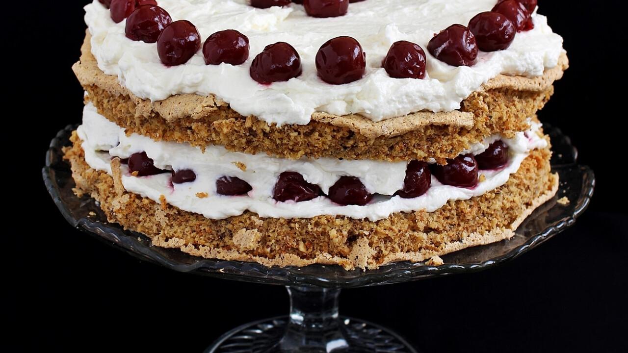 Dió-mogyoró torta vaníliakrémmel és meggyel