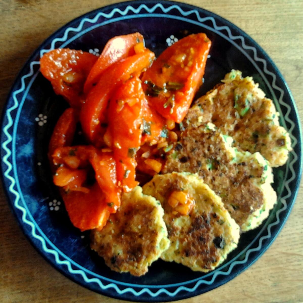 Ezen a képen: Currys-paprikás paradicsomsaláta