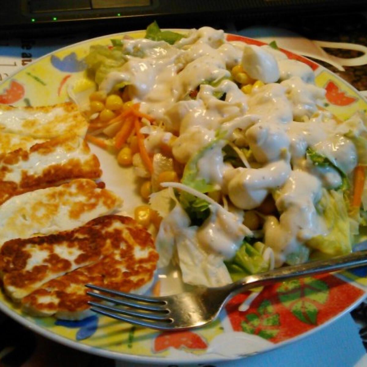 Ezen a képen: Grillezett sajt salátával