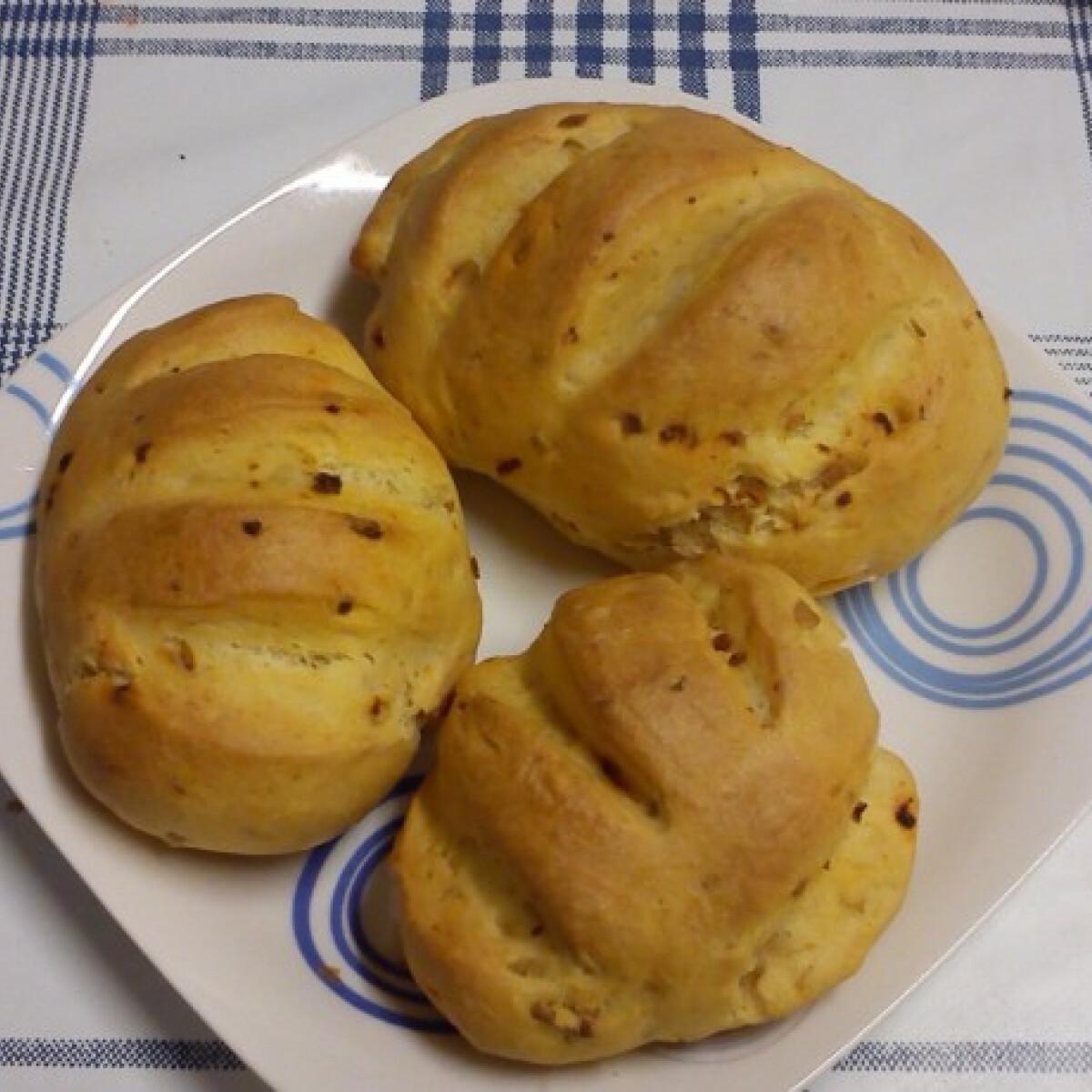 Ezen a képen: Kolbászos-fokhagymás kenyér vagy buci