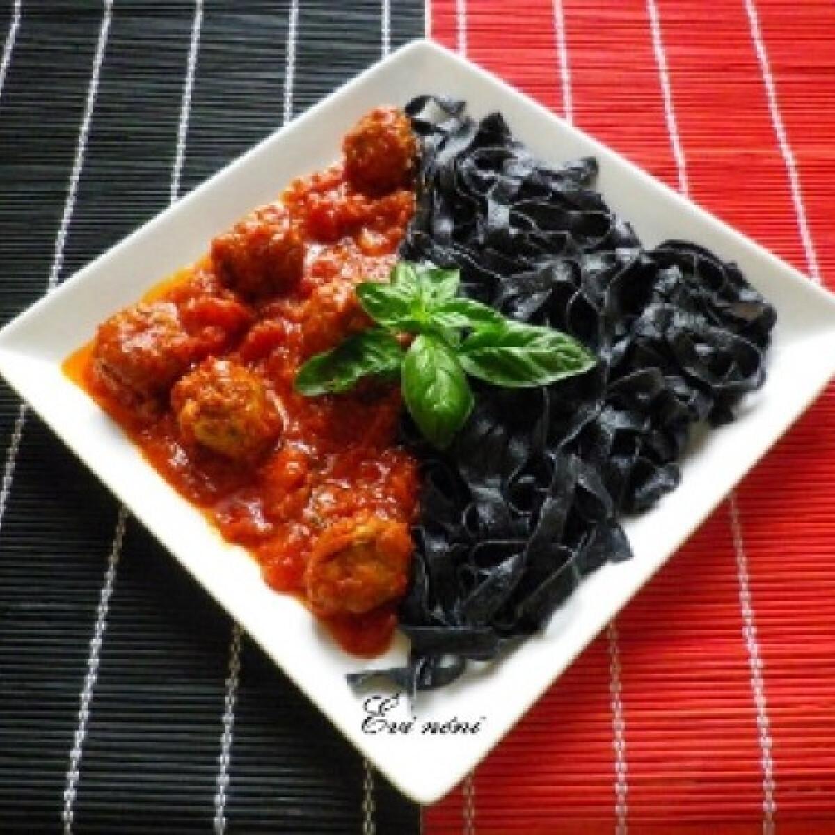 Ezen a képen: Fekete tészta paradicsomos húsgombóccal