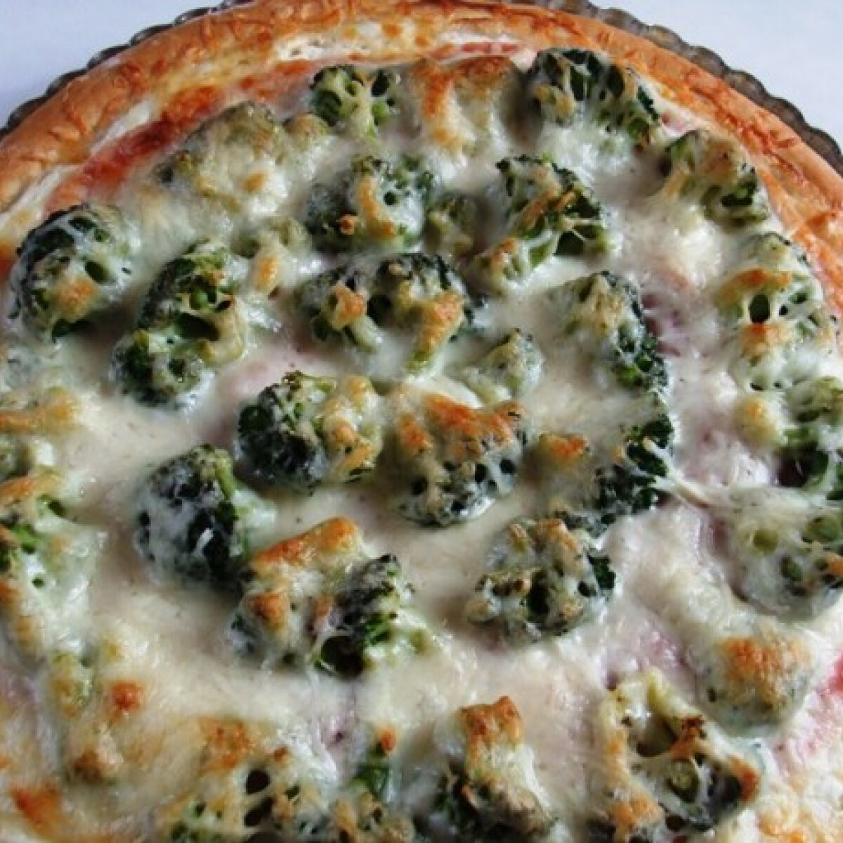 Ezen a képen: Sonkás-brokkolis pizza tejfölös alappal