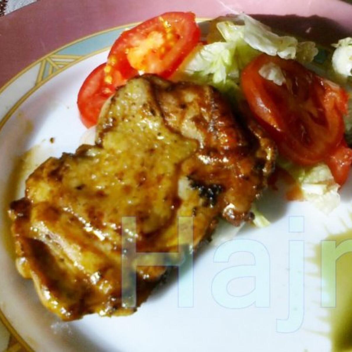Ezen a képen: Natúr vasalt csirkecomb salátaágyon