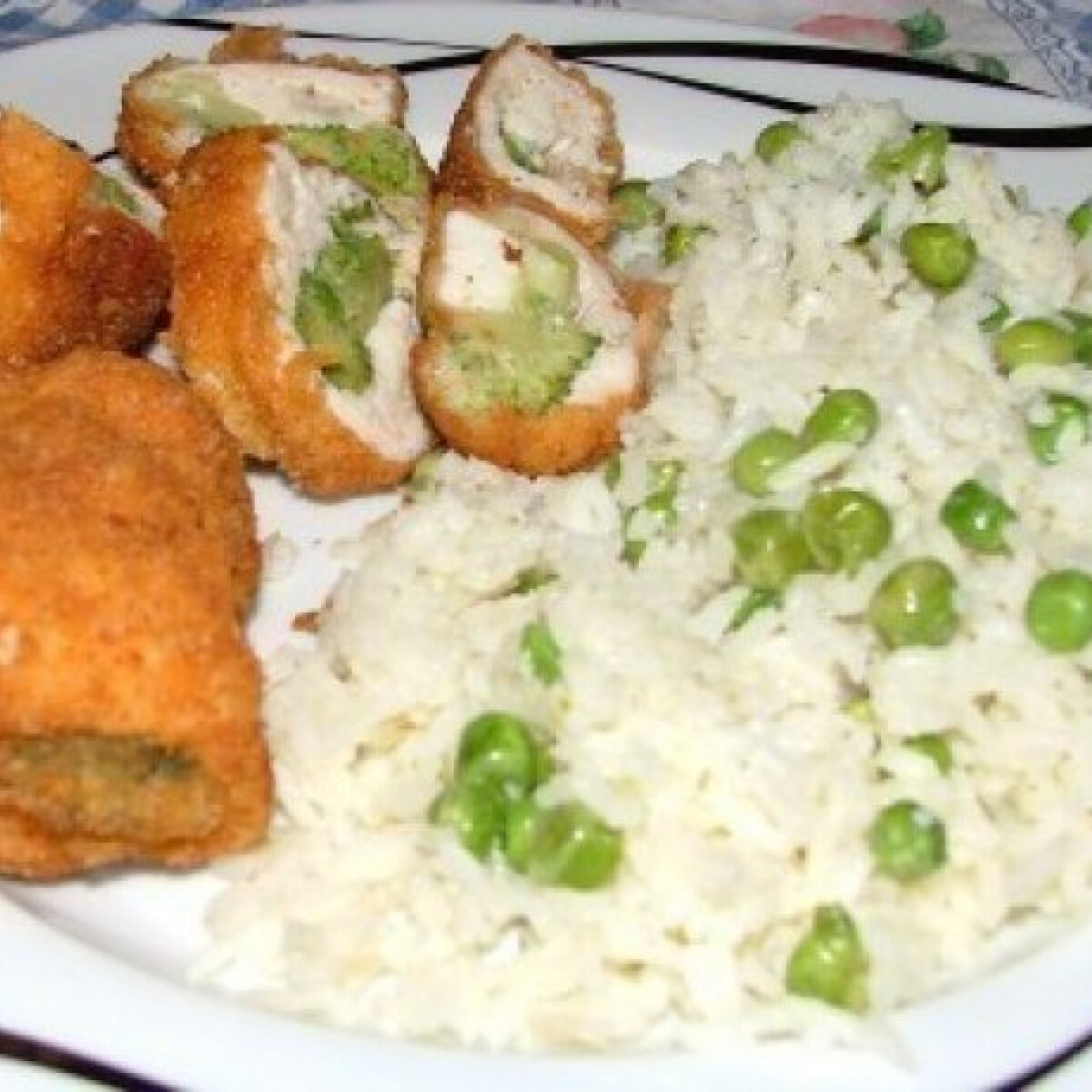 Ezen a képen: Brokkolis göngyölt csirkemell
