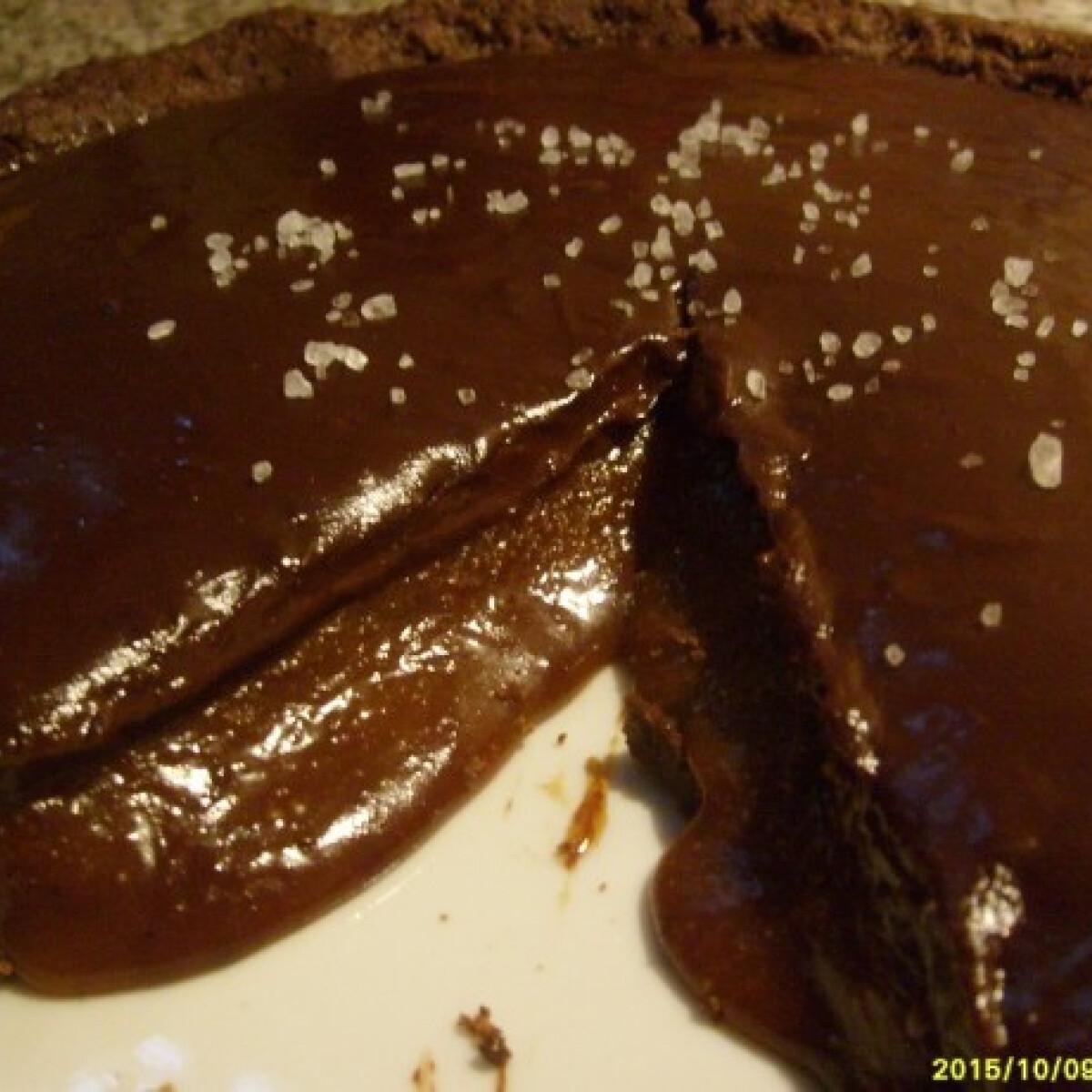 Ezen a képen: Csokoládés-karamellás pite