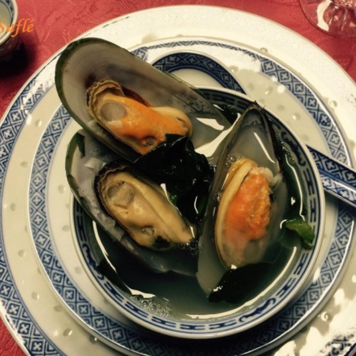 Ezen a képen: Zöldkagyló leves spenóttal ázsai módon