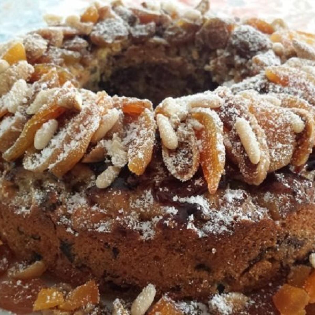 Ezen a képen: Aszalt gyümölcsös sütemény