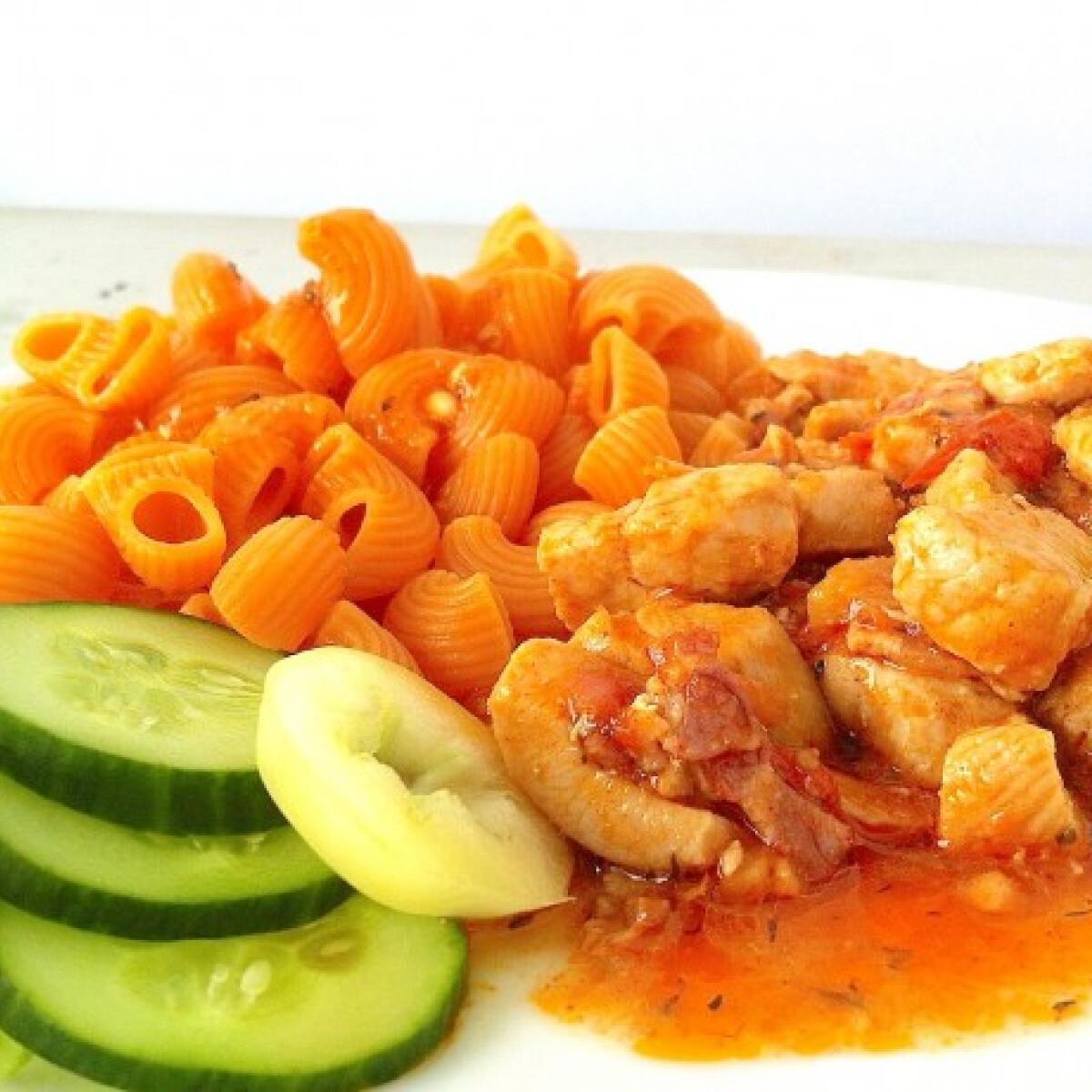 Ezen a képen: Csirkepörkölt sárgarépás tésztával