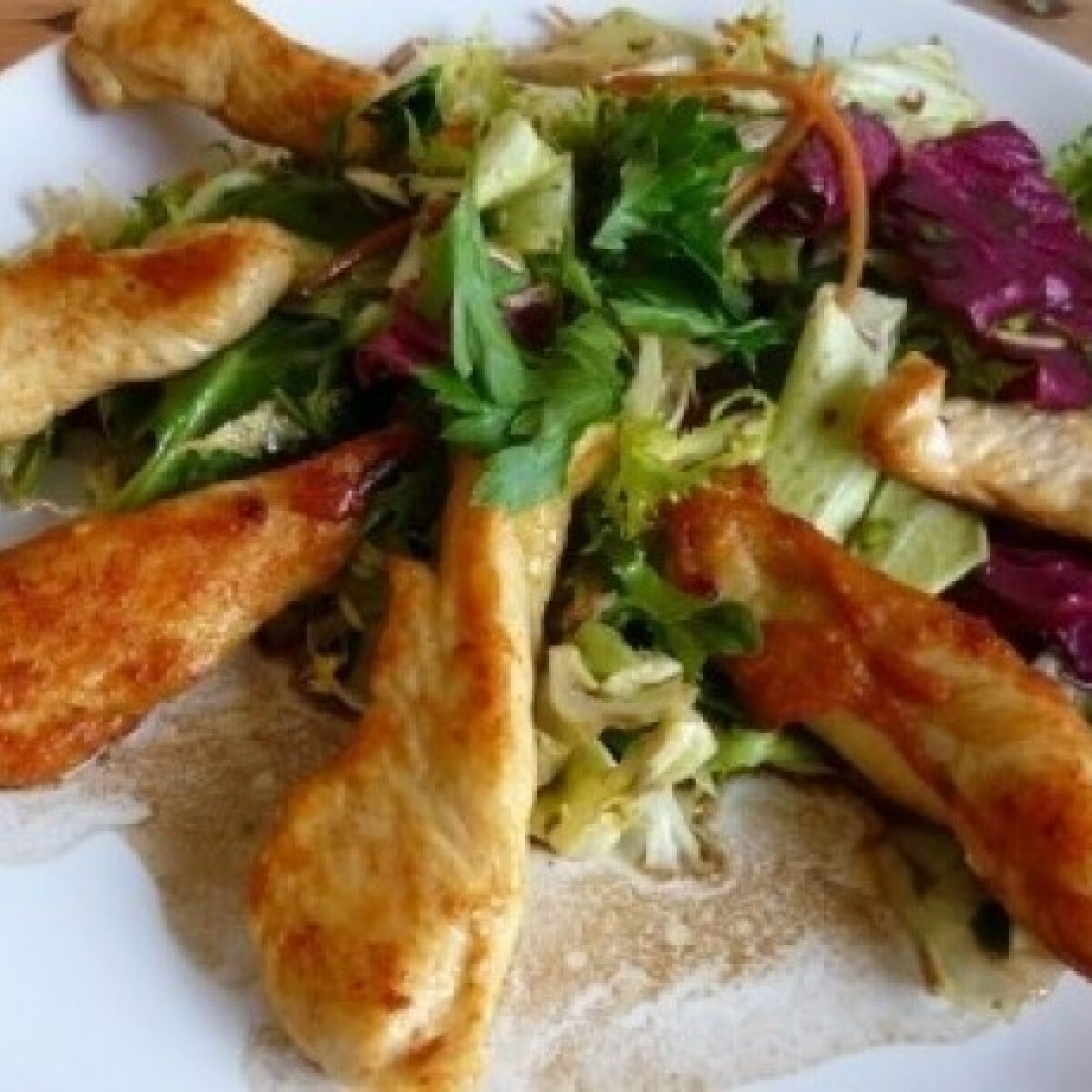 Sült csirkemellcsíkok salátaágyon