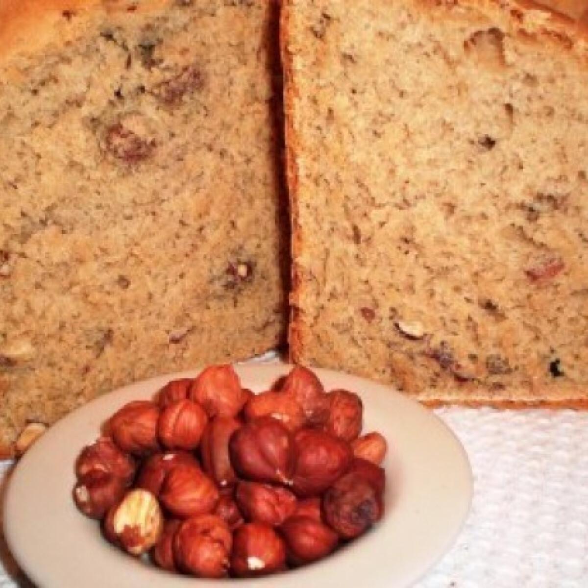 Ezen a képen: Mogyorós kenyér kenyérsütő gépben