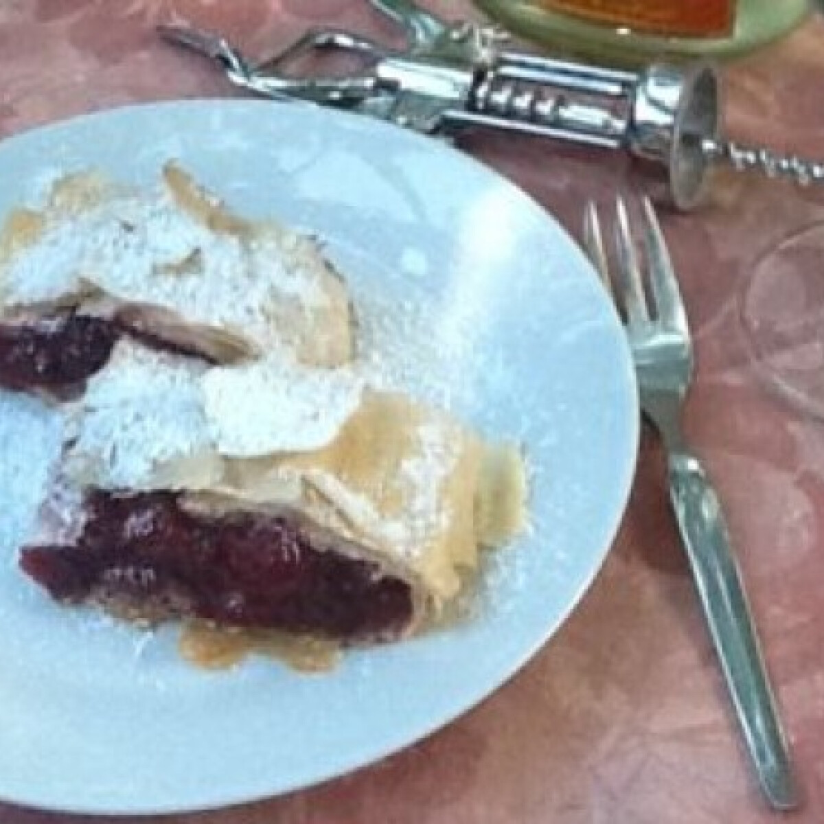 Ezen a képen: Meggyes rétes Csupasüti konyhájából