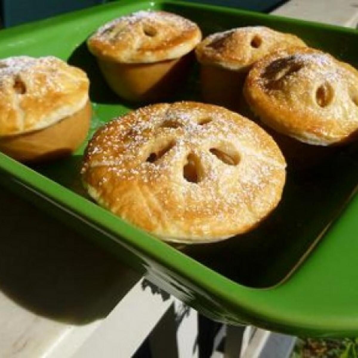 Ezen a képen: Almában sült almás pite