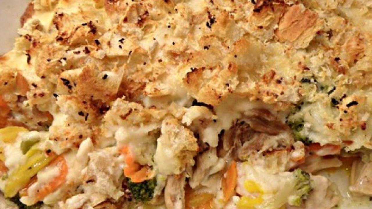 Főtt csirkehús zöldségekkel csőben sütve