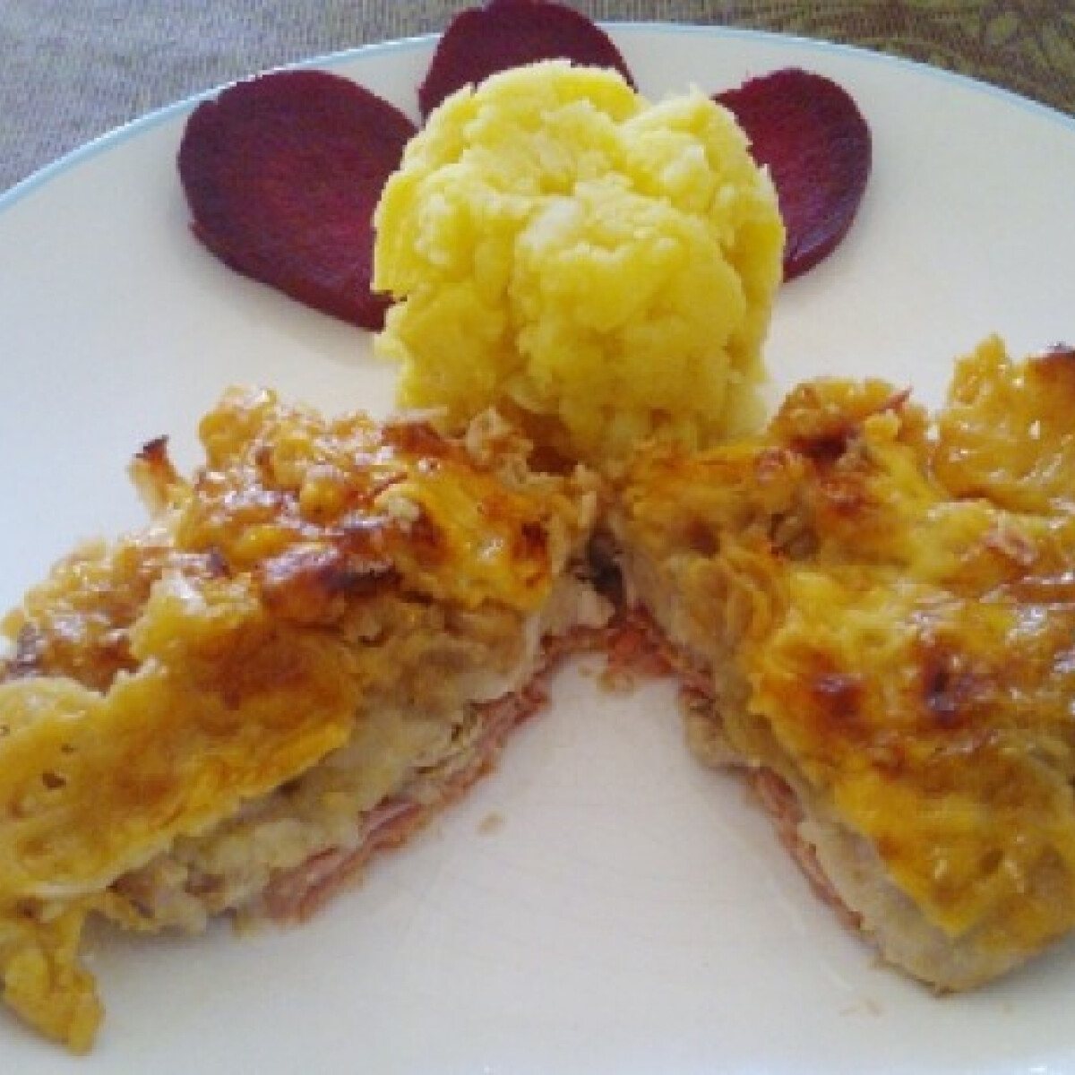 Ezen a képen: Almás-sajtos csirkecomb