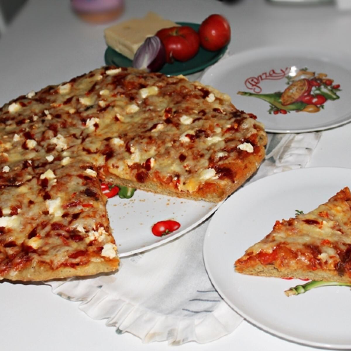 Ezen a képen: Teljes kiőrlésű pizza sok finomsággal, házi pizzaszósszal