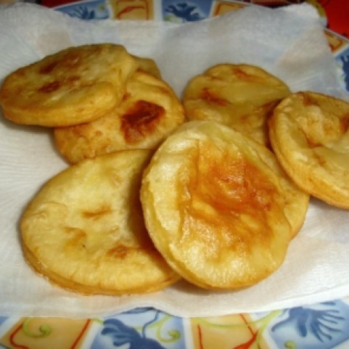 Ezen a képen: Olajban sütött krumplis pogácsa
