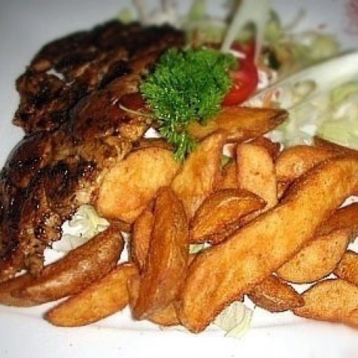 Ezen a képen: Grillezett csirkemell salátával, sültburgonyagerezdekkel