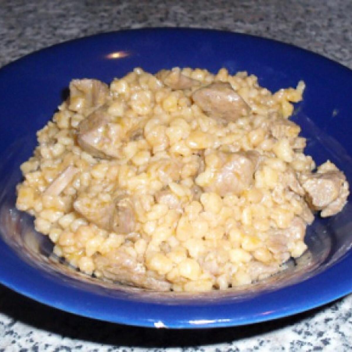 Ezen a képen: Tarhonyás hús csiganyuci konyhájából