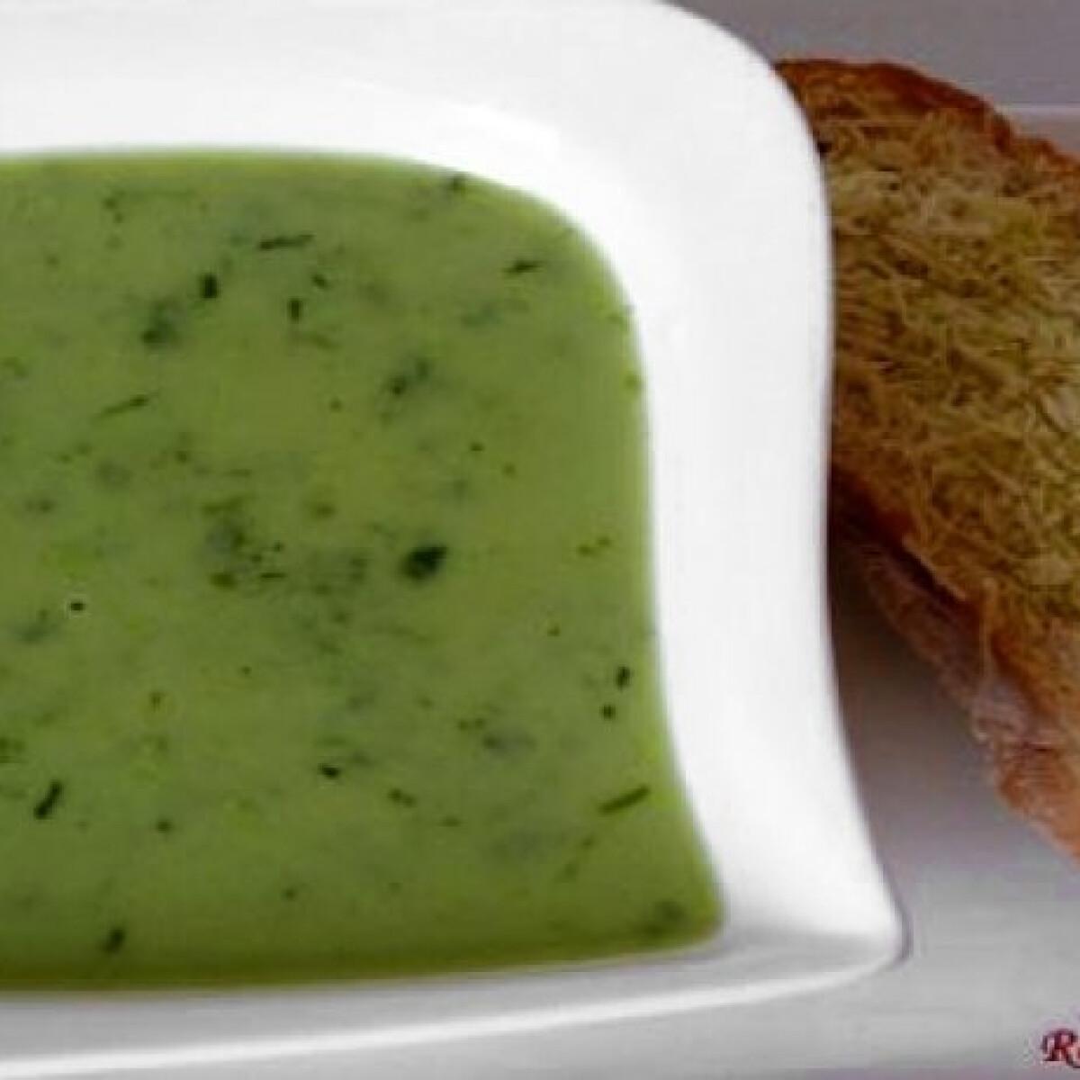 Ezen a képen: Pecorinos medvehagyma leves