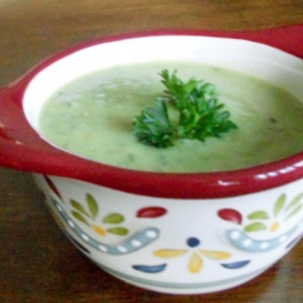 Ezen a képen: Zöld krémleves Boribon konyhájából