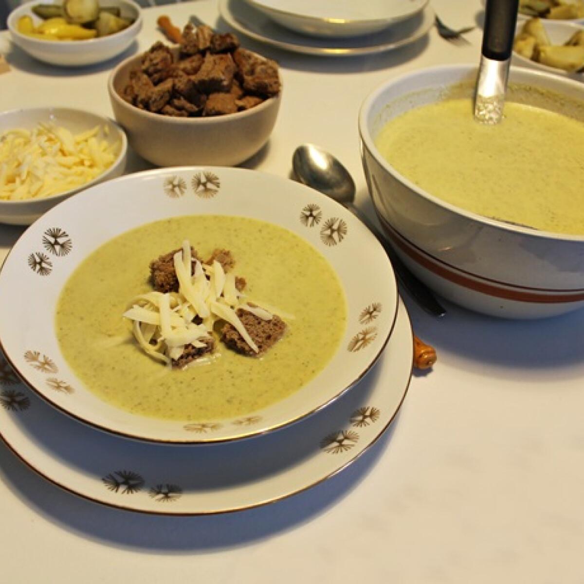 Ezen a képen: Tejszínes brokkolikrémleves sajttal és kenyérkockákkal