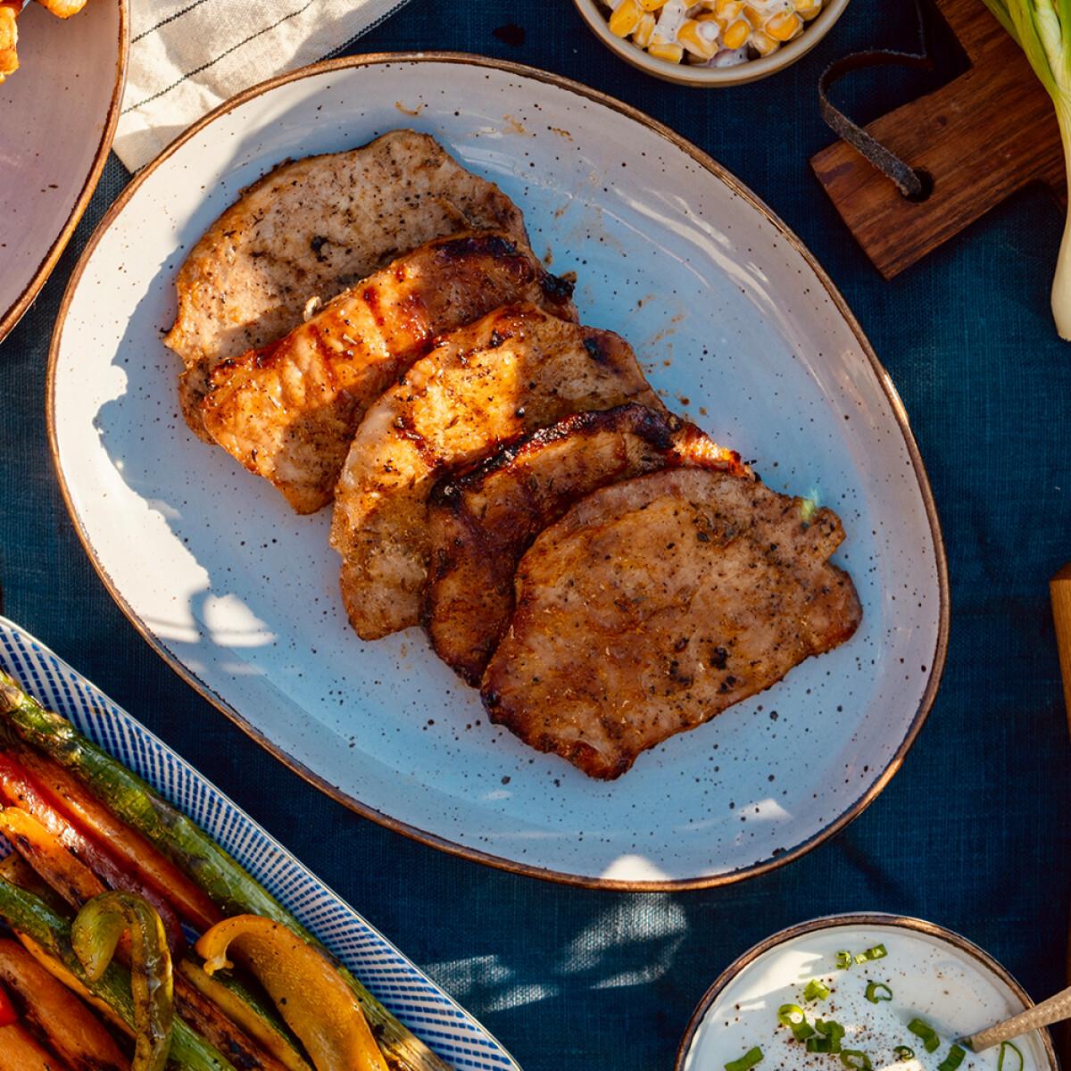 Ezen a képen: Juharszirupos-whiskeys sertéskaraj színes, marinált grillzöldségekkel