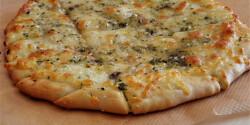 Mozzarellás-fokhagymás pizzakenyércsíkok