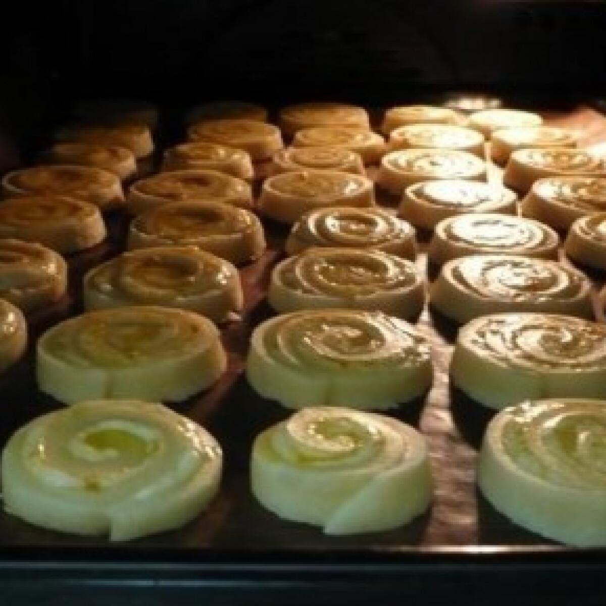 Ezen a képen: Füstölt sajtos, sajtos csiga 3.