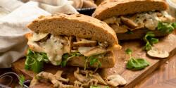 Pirított csirkés-gombás szendvics borsos-mustáros szósszal