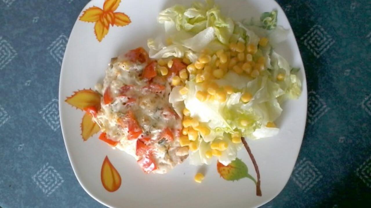 Sajtos zöldséges csirkemell salátával
