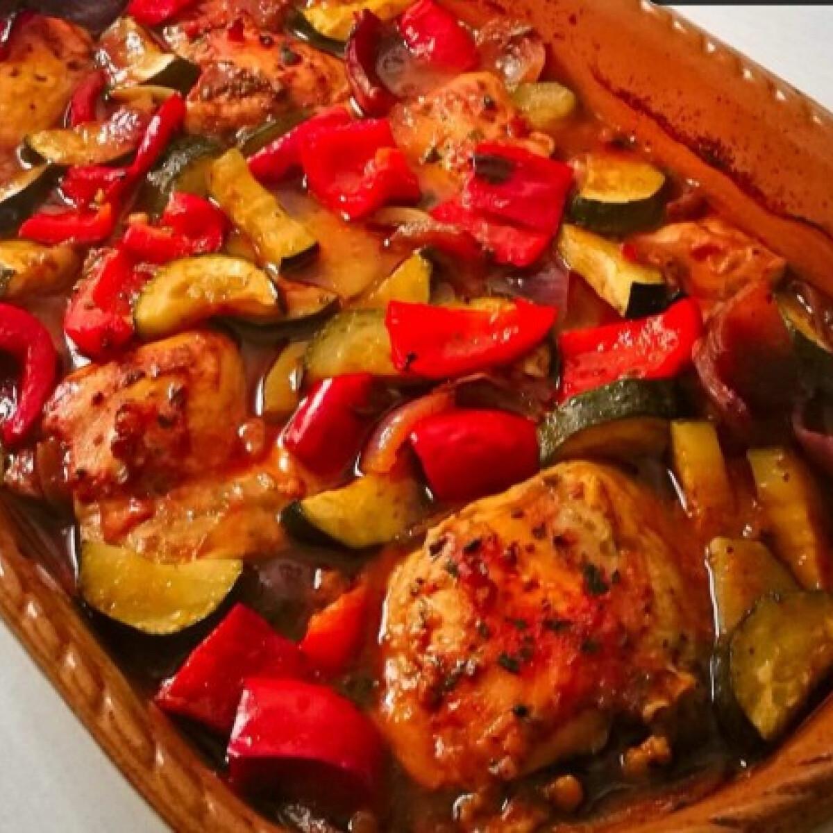 Ezen a képen: Mediterrán csirke Izmini konyhájából