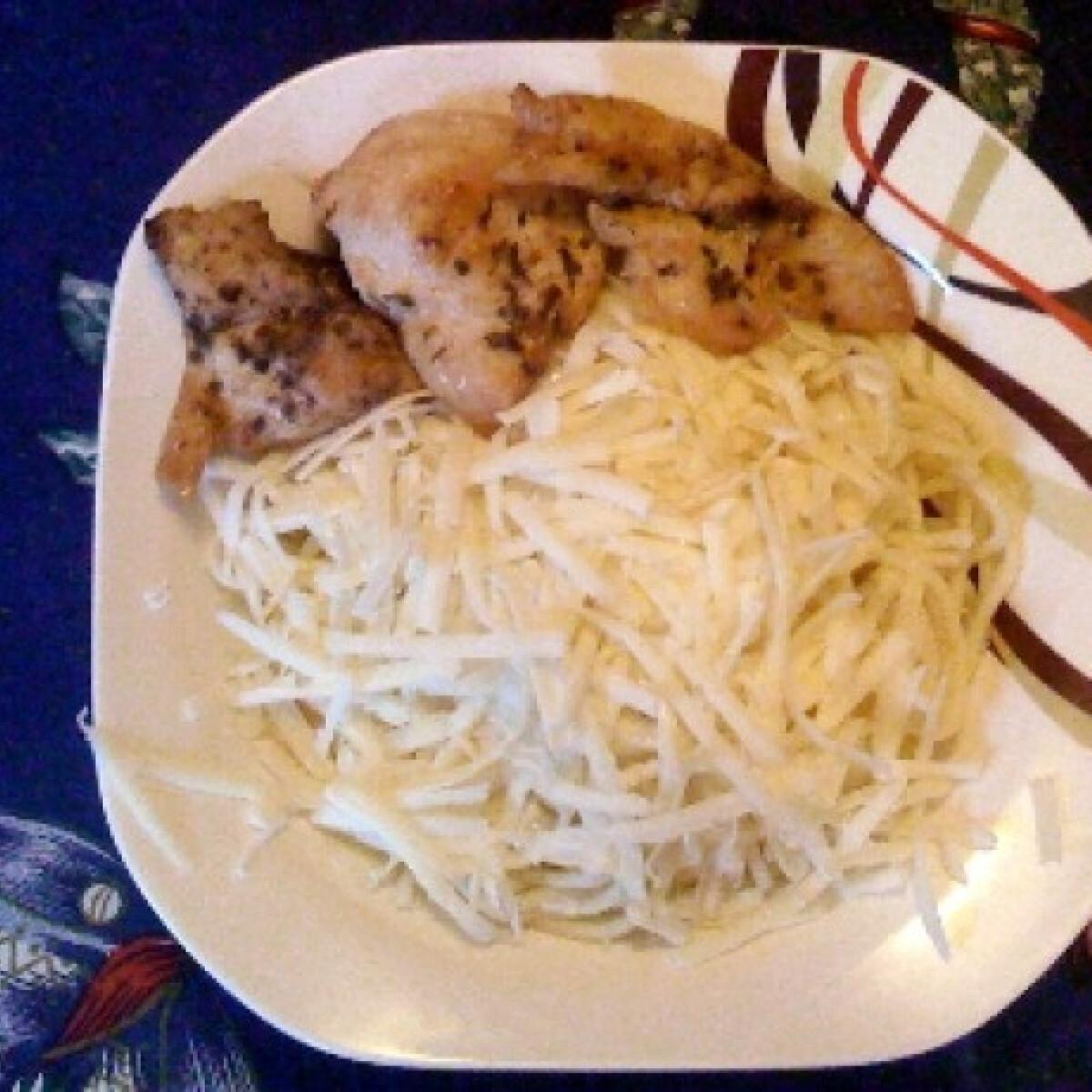 Sajtos spagetti fűszeres csirkemellel