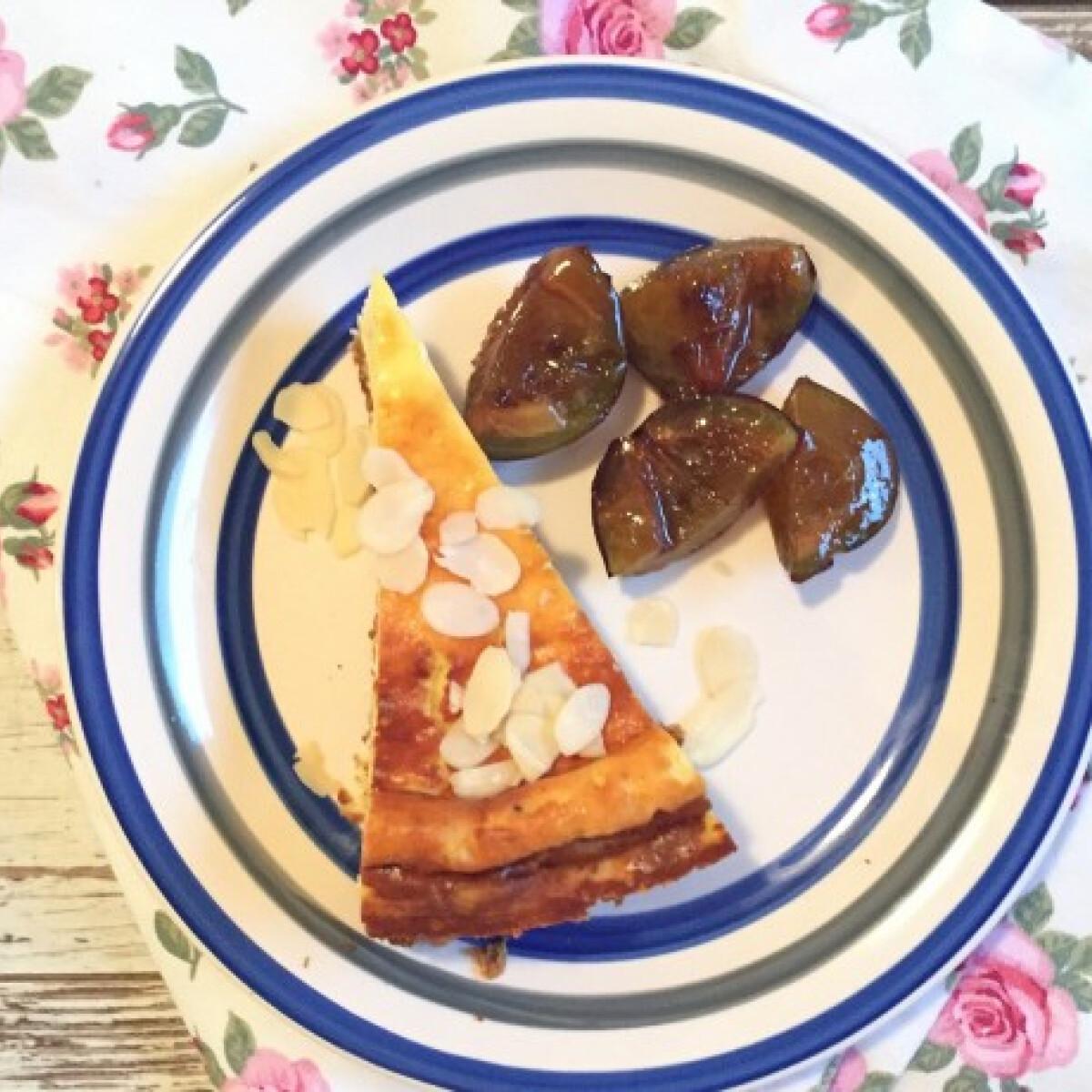 Ezen a képen: Mákos sajttorta karamellizált szilvával