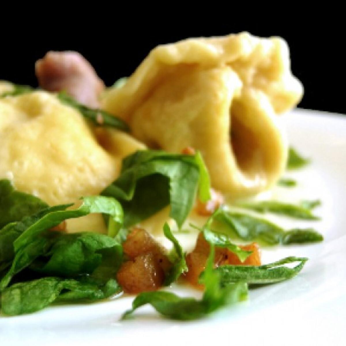 Fokhagymás-vajas tortellini csirkével töltve