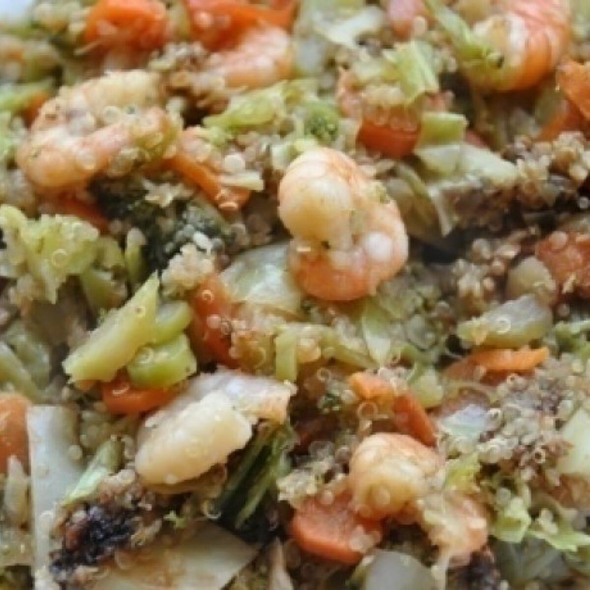 Ezen a képen: Wokban sült zöldség rákkal és quinoával